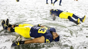 College Football: Michigan battles snowy conditions in this weeks Social Rewind