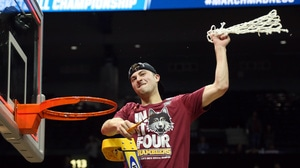 Watch Loyola Chicago's Ben Richardson hit six threes